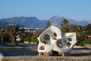 Carrara STrand mit Marmorskulptur