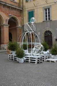 Moderner Weihnachtsbaum in Lari