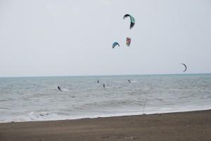 Kitesurfer am Meer in Marina di Bibbona, Toskana