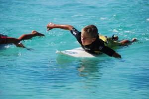 Kinder in der Surfschule Vada